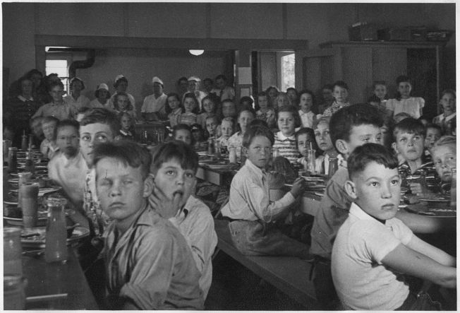 1200px-Photograph_School_Lunch_Project-_John_Burroughs_School_Fresno_City._-_NARA_-_296099